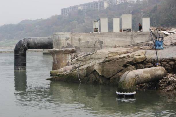 紧急启用新建取水管  攻克低水位取水难题